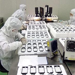Medewerkers werken in fabriek aan scherm iPhone 5