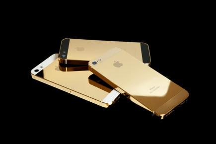 Gouden iPhones op een stapeltje