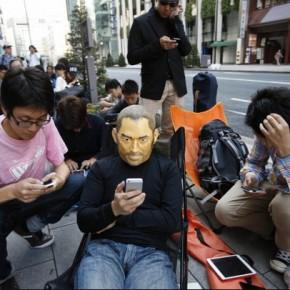 Met je Jobs masker in de rij in Tokyo